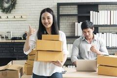 Tienda asiática joven de la pequeña empresa del inicio del dueño del empresario en línea Concepto del comercio electrónico foto de archivo