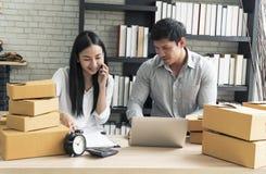 Tienda asiática joven de la pequeña empresa del inicio del dueño del empresario en línea Concepto del comercio electrónico fotografía de archivo libre de regalías