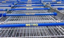 Tienda azul vacía grande del metro del carro de la compra Imagen de archivo