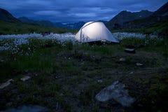 Tienda brillante iluminada en noche de Alaska imagenes de archivo