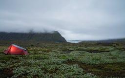 Tienda cerca del glaciar de Skaftafell durante oscuridad Fotos de archivo