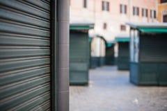 Tienda cerrada de la parada en cierre urbano de la persiana enrrollable de la calle para arriba fotos de archivo