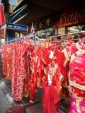 Tienda china de la ropa en Chinatown Bangkok Tailandia Imagenes de archivo