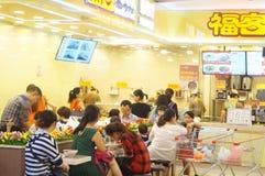 Tienda china del bocado, gente en el disfrute de la comida Foto de archivo