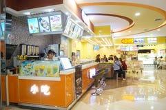 Tienda china del bocado, gente en el disfrute de la comida Imagen de archivo