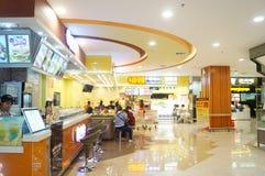 Tienda china del bocado, gente en el disfrute de la comida Imagenes de archivo