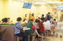 Tienda china del bocado, gente en el disfrute de la comida Fotos de archivo