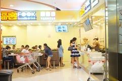 Tienda china del bocado, gente en el disfrute de la comida Foto de archivo libre de regalías