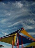 Tienda colorida bajo un cielo azul Fotos de archivo