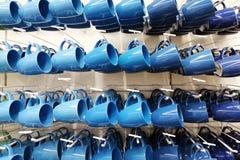 Tienda colorida de la taza tazas de diversos colores que se colocan en tienda imagen de archivo