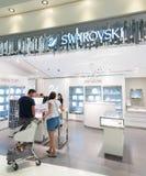 Tienda con franquicia de Swarovski en el aeropuerto de Bangkok Foto de archivo