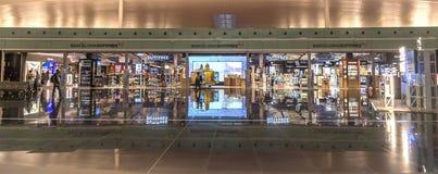 Tienda con franquicia del aeropuerto del EL Prat-Barcelona imágenes de archivo libres de regalías