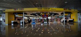Tienda con franquicia en el aeropuerto de Barcelona Imágenes de archivo libres de regalías