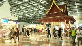 Tienda con franquicia en el aeropuerto de Suvanaphumi metrajes
