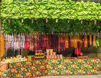Tienda con la fruta fresca, las especias y el churchkhela hecho en casa tradicional georgiano de los dulces, Tbilisi, Georgia fotografía de archivo libre de regalías
