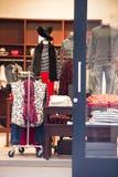Tienda con la ropa modelo con los maniquíes vestidos Fotos de archivo libres de regalías