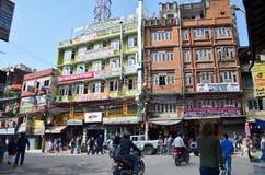 Tienda constructiva y gente local en la calle en el mercado de Thamel Imagen de archivo