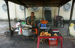 Tienda de alimentación de la calle en el pavimento foto de archivo