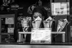 Tienda de alimentos de la calle en Madrid Fotos de archivo
