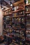 Tienda de alimentos del vino local y del gastrónomo en Croacia Fotos de archivo libres de regalías