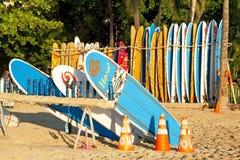 Tienda de alquiler de la resaca en la playa de Waikiki en Hawaii Imagen de archivo