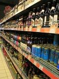 Tienda de bebidas alcohólicas Concepto del mercado de la bebida del alcohol Diferentes tipos de cerveza en estantes Imagen de archivo libre de regalías