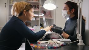 Tienda de belleza - clave el amo en hacer la manicura profesional para el modelo blanco - ascendente cercano almacen de metraje de vídeo