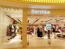 Tienda de Bershka en Roma, Italia con hacer compras de la gente Imagen de archivo