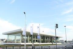 Tienda de BMW debajo del cielo azul y de las nubes blancas Foto de archivo