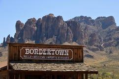 Tienda de Bordertown en el pueblo fantasma del yacimiento de oro fotos de archivo libres de regalías