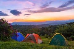Tienda de campaña en camping en el parque nacional con salida del sol imagen de archivo libre de regalías