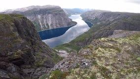Tienda de campaña en el sitio para acampar salvaje escénico al borde del fiordo noruego almacen de metraje de vídeo