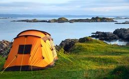 Tienda de campaña en orilla del océano Foto de archivo