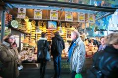 Tienda de Chese en el mercado Pasillo Fotos de archivo libres de regalías