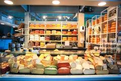 Tienda de Chese en el mercado Pasillo de Rotterdam Imagen de archivo