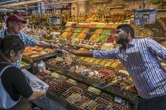 Tienda de chucherías en el mercado de Boqueria del La en Barcelona Imagen de archivo
