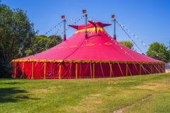 Tienda de circo en un campo verde Fotografía de archivo