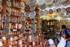 Tienda de cobre del cookware dentro del bazar de Kermán foto de archivo libre de regalías