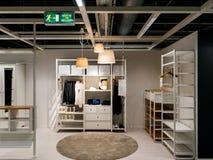 Tienda de compra de IKEA de los muebles del gabinete moderno del guardarropa Fotografía de archivo