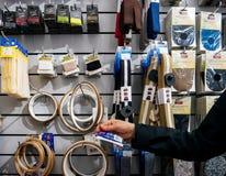 Tienda de costura de compra del interior del equipo de la mujer Fotografía de archivo