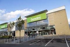 Tienda de Dunelm en una alameda de compras con el estacionamiento en un ángulo dramático Foto de archivo libre de regalías