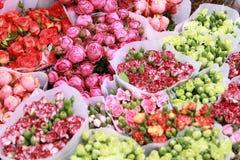 Tienda de flores colorida en primavera Imagen de archivo libre de regalías