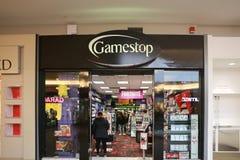 Tienda de GameStop en centro comercial cuáquero del puente imagenes de archivo