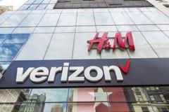 Tienda de H&M y de Verizon en New York City, los E.E.U.U. fotografía de archivo
