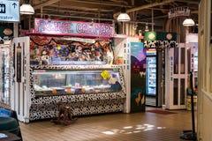 Tienda de helado dentro del mercado de Pike en Seattle, Washington, los E.E.U.U. imagenes de archivo