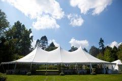 Tienda de la boda con el cielo azul Imagen de archivo libre de regalías