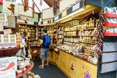 Tienda de la caja de los chiles en el mercado de la ciudad Foto de archivo libre de regalías