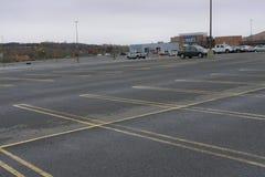 Tienda de la caja de Sears en Danbury Connecticut con el estacionamiento vacío imagen de archivo libre de regalías