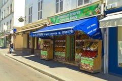 Tienda de la calle de mercado que vende las frutas y verduras en París Imágenes de archivo libres de regalías