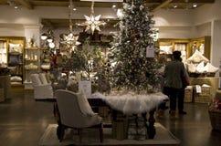 Tienda de la decoración de los bienes de origen de los árboles de navidad Foto de archivo libre de regalías